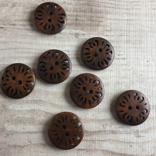 Puinen nappi: Tummanruskea reikäkuviolla 25mm