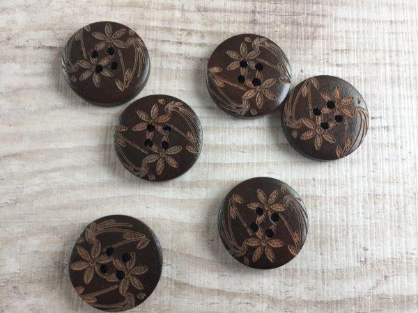 Puinen nappi: Tummanruskea kukkakuviolla 23mm