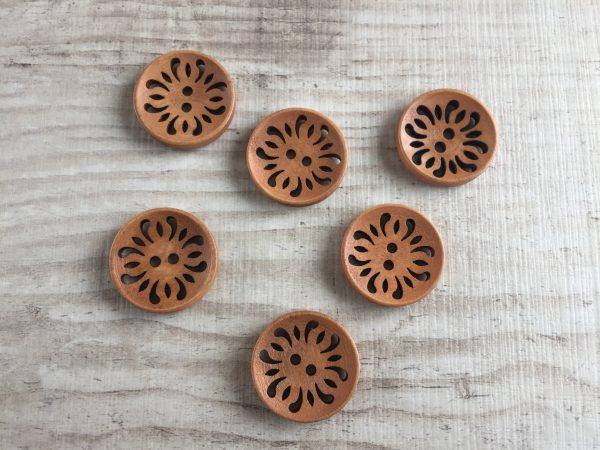 Puinen nappi: Vaaleanruskea reikäkuviolla 23mm